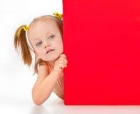 Muchacha que lleva a cabo la muestra en blanco Imagen de archivo libre de regalías