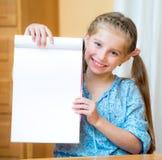 Muchacha que lleva a cabo la muestra en blanco Imagenes de archivo