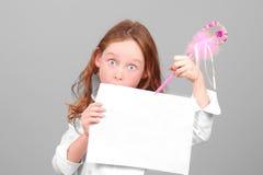 Muchacha que lleva a cabo la muestra en blanco Fotos de archivo