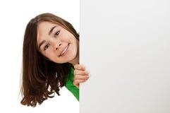 Muchacha que lleva a cabo a la tarjeta en blanco Fotos de archivo libres de regalías
