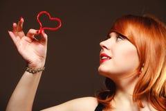 Muchacha que lleva a cabo símbolo rojo del amor del corazón de la tarjeta del día de San Valentín Rose roja Imagenes de archivo