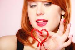 Muchacha que lleva a cabo símbolo rojo del amor del corazón de la tarjeta del día de San Valentín Rose roja Imágenes de archivo libres de regalías