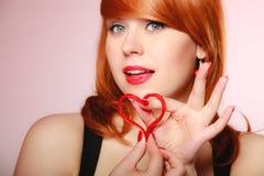 Muchacha que lleva a cabo símbolo rojo del amor del corazón de la tarjeta del día de San Valentín Rose roja Fotos de archivo