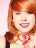 Muchacha que lleva a cabo símbolo rojo del amor del corazón de la tarjeta del día de San Valentín Rose roja Fotografía de archivo libre de regalías