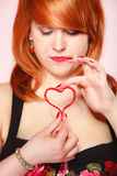 Muchacha que lleva a cabo símbolo rojo del amor del corazón de la tarjeta del día de San Valentín Rose roja Foto de archivo libre de regalías