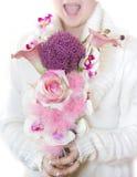 Muchacha que sostiene las flores Imágenes de archivo libres de regalías