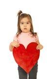 Muchacha que lleva a cabo un corazón grande Foto de archivo