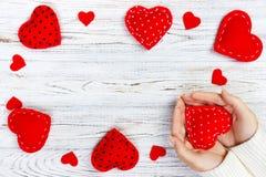 Muchacha que lleva a cabo un corazón rojo Tarjeta de felicitación del día de tarjetas del día de San Valentín Corazones de Handma fotos de archivo