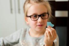 Muchacha que lleva a cabo un trozo de papel destrozado Fotografía de archivo libre de regalías