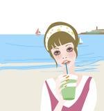 Muchacha que lleva a cabo una bebida Fotografía de archivo libre de regalías