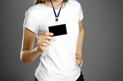 Muchacha que lleva a cabo una insignia Cierre para arriba Fondo aislado imagen de archivo libre de regalías