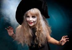 Muchacha que lleva como bruja para Halloween Fotos de archivo libres de regalías