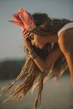 Muchacha que lleva el tocado indio nativo Imagenes de archivo