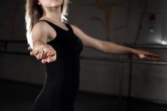 Muchacha que lleva en unitard negro en la posición de ballet Foto de archivo libre de regalías