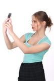Muchacha que lleva la camiseta azul que toma el selfie Cierre para arriba Fondo blanco Imágenes de archivo libres de regalías