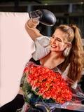 Muchacha que lleva los guantes rojos que se sientan en la esquina del ring de boxeo Foto de archivo libre de regalías