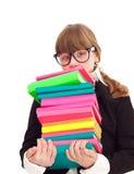 Muchacha que lleva los libros pesados de la pila Imagenes de archivo