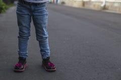 Muchacha que lleva los zapatos ortopédicos al aire libre Fotos de archivo