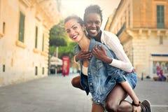 Muchacha que lleva a un amigo en ella detrás imagen de archivo libre de regalías