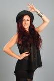 Muchacha que lleva un sombrero negro Imagenes de archivo