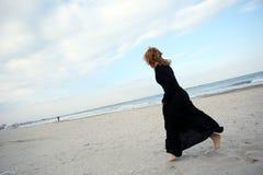 Muchacha que lleva un vestido negro Foto de archivo libre de regalías