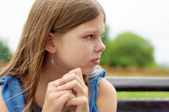 Muchacha que llora con los rasgones en parque fotografía de archivo