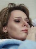 Muchacha que llora en histeria imagen de archivo
