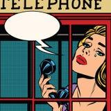 Muchacha que llora en la cabina de teléfono roja retra stock de ilustración