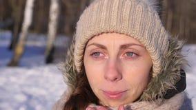 Muchacha que llora, limpiando los rasgones, al aire libre en invierno, cámara lenta, primer almacen de metraje de vídeo