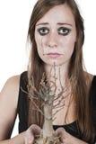 Muchacha que llora sobre árbol muerto Fotos de archivo libres de regalías