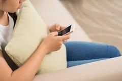 Muchacha que manda un SMS Fotografía de archivo