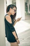 Muchacha que manda un SMS Imagen de archivo