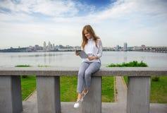 Muchacha que manda un SMS en el teléfono 01 Imagen de archivo libre de regalías