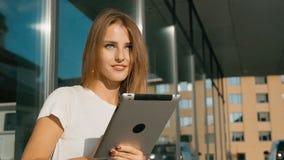 Muchacha que manda un SMS en la tableta metrajes