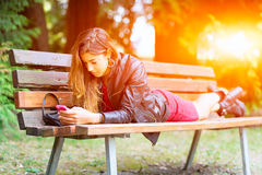Muchacha que mecanografía en su teléfono imagen de archivo libre de regalías