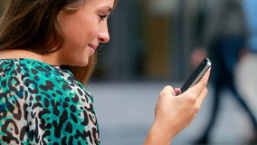 Muchacha que mecanografía en un móvil. almacen de metraje de vídeo