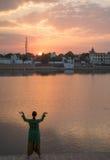 Muchacha que medita en el lago Pushkar Fotos de archivo
