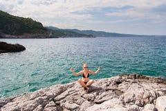 Muchacha que medita en el mar Imagen de archivo