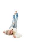 Adolescente que miente en el piso con sus pies aumentados Imágenes de archivo libres de regalías