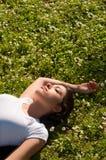 Muchacha que miente en hierba Fotos de archivo libres de regalías