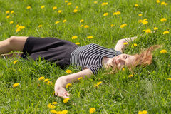 Muchacha que miente en hierba Fotografía de archivo libre de regalías