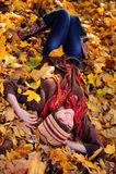 Muchacha que miente en hojas. Imágenes de archivo libres de regalías