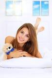 Muchacha que miente en la cama Foto de archivo