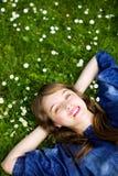 Muchacha que miente en la hierba Imagenes de archivo