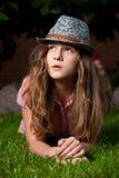 Muchacha que miente en la hierba en el jardín en la noche Fotos de archivo