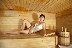 Muchacha que miente en sauna Foto de archivo libre de regalías