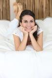 Muchacha que miente en su cama Foto de archivo