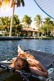 muchacha que miente en un catamarán navegante fotos de archivo libres de regalías