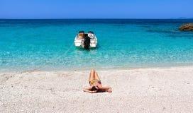 Muchacha que miente en una playa Fotos de archivo libres de regalías