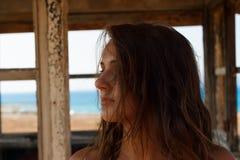 Muchacha que mira al lado en la playa Fotografía de archivo